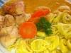 Kuřecí maso s dýňovou omáčkou, mrkvičkou a raviolami