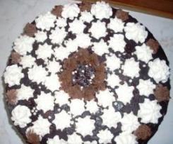Domácí dort s krémem, čokoládovou polevou a šlehačkou